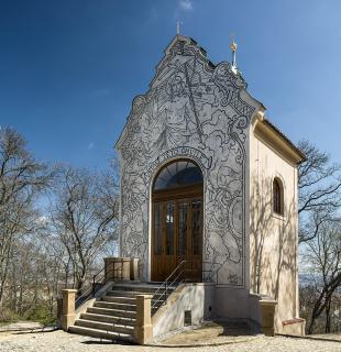 Obr. 14 Kaple Kalvárie (sv. Kříže) – jihozápadní pohled s obnoveným sgrafitem zhotoveným podle kartonu Mikoláše Alše z roku 1898, realizace z roku 1934 (foto: Ladislav Bezděk)