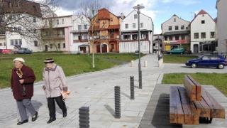 Po odstranění bytového domu byla historická linie spojující obě náměstí opět zprůchodněna v rámci revitalizace centra, 2016