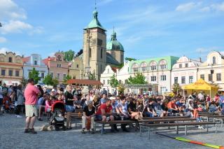 V letním amfiteátru, přímo uprostřed náměstí, se v létě minimálně dvakrát v týdnu organizují kulturní pořady, centrum žije