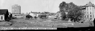 Celkový pohled od jihu na vybourané centrum města před zahájením nové výstavby, kolem roku 1975