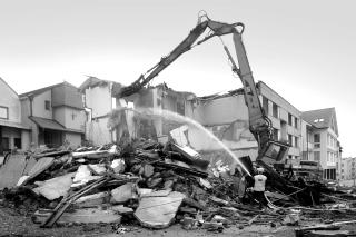 Architektonická  závada  způsobená  špatně  situovaným  objektem  napříč  v historické ulici byla odstraněna, 2011