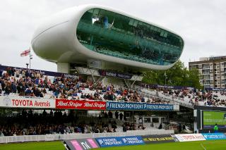 """Tiskové středisko Lord's Media Centre kriketového stadionu v Londýně, (1994–1999). Elegantní budova bezešvé hliníkové skořepinové konstrukce. Výstavba budovy na """"nohách"""", díky které mají televizní kamery nerušený pohled na průběh utkání, se stavěla dvě zimní sezony technologiemi, odpovídajícími spíše stavbě lodí. Žebra a nosníky byly vyrobeny stejně jako u lodí s hliníkovým trupem svařováním jednotlivých částí na místě"""