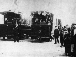 Vozy elektrické dráhy Praha – Libeň – Vysočany, V popředí František Křižík (s dvěma řády) kontroluje čas odjezdu