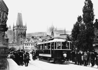 Tramvaj na Karlově mostě před rokem 1905