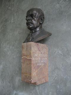 Bronzová busta umístěná ve vestibulu stanice pražského metra Kolbenova byla před několika lety odcizena, na mramorovém podstavci zůstal pouze nápis: Ing. Dr. h.c. Emil Kolben, průkopník českého elektrotechnického průmyslu