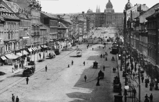 Václavské náměstí na počátku 20. století, s tramvajovou dopravou a osvětlením obloukovými lampami