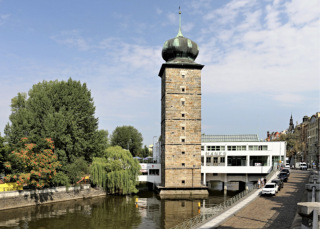 Obr. 4 Galerie Mánes a Šítkovská věž (zdroj: VitVit, 2015, Wikimedia Commons, CC BY-SA 4.0)