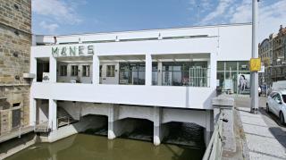 Obr. 5 Galerie Mánes, detail mostu (zdroj: VitVit, 2018, Wikimedia Commons, CC BY-SA 4.0)