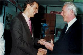Jan Fibiger přebírá v roce 1994 od generálního sekretáře Anne Volbedy cenu pro nejlepší stavební centrum roku na světě