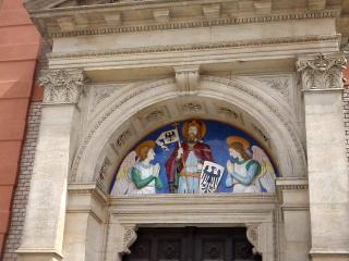 Detail nad vstupními dveřmi kostela sv. Václava na Smíchově, 2019
