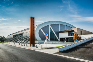 Pohled na atletickou halu z jihovýchodu, vpravo hlavní vstup diváků (foto: Tomáš Malý)