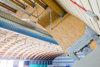 Detail kotvení dřevěného vazníku k železobetonové konstrukci na tribuně