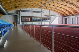 Interiér haly – pohled na prosklení VIP zóny