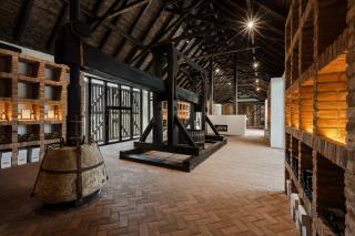 Interiér podnikové prodejny s historickým lisem