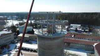 Obr. 16 Nová ocelová konstrukce, která začíná v suterénu a končí pod úrovní vyhlídkové plošiny v 6.NP