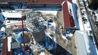 Obr. 17 Nová ocelová konstrukce, která začíná v suterénu a končí pod úrovní vyhlídkové plošiny v 6.NP