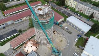 Obr. 18 Nová ocelová konstrukce, která začíná v suterénu a končí pod úrovní vyhlídkové plošiny v 6.NP