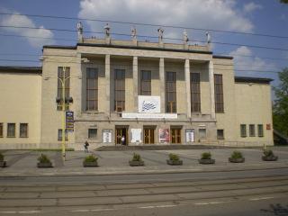 Dům kultury v Ostravě, 1955–1959 (zdroj: Michal Klabjan, 2008, Wikimedia Commons, CC BY-SA 4.0)