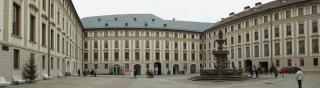 Druhé nádvoří Pražského hradu, úprava dlažby (zdroj: Marcin Szala, 2008, Wikimedia Commons, CC BY-SA 4.0)