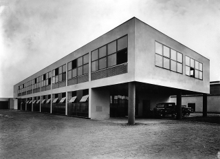 Léčiva  B.  F.  –  továrna  lučebnin  a  léčiv,  Praha  –  Dolní  Měcholupy,  1930  (zdroj:  Malostranský  archiv  Jaroslava  Fragnera,  Wikimedia  Commons,  CC BY-SA 3.0 CZ)