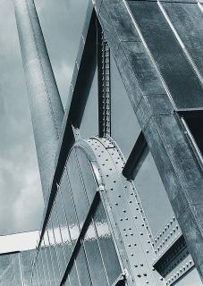 Elektrárna  ESSO  v  Kolíně,  detail  průčelí,  1932  (zdroj:  Eugen  Wiškovský,  Malostranský  archiv  Jaroslava  Fragnera,  Wikimedia  Commons,  CC BY-SA 3.0 CZ)