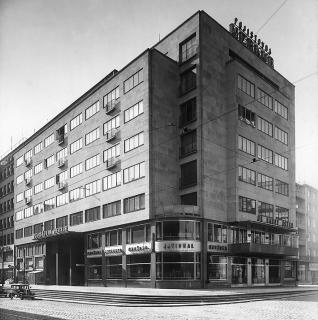 Budova  pojišťovny  Merkur,  Revoluční  ulice  v  Praze  1,  1936  (zdroj:  De  Standalo,  Malostranský  archiv  Jaroslava  Fragnera,  Wikimedia  Commons, CC BY-SA 3.0 CZ)