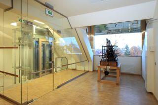 Předsálí  univerzálního  sálu  v  podkroví  s  historickým  hodinovým  strojem  v proskleném vikýři