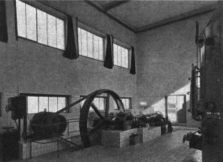 Závody AGA v pražských Vysočanech – kompresor na stlačování vzduchu a rektifikační kolona na dělení vzduchu