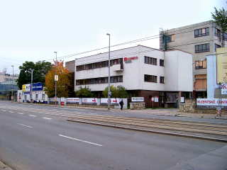 Památkově chráněný vstupní objekt do bývalé pražské továrny AGA, Kolbenova 38