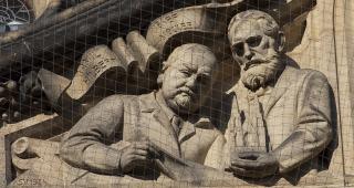 Josef Mocker a Kamil Hilbert na průčelí katedrály sv. Víta v Praze (zdroj: Jan Mareš, 2010, Wikimedia Commons, CC BY-SA 3.0)