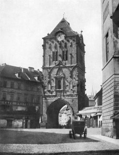Prašná brána před přestavbou (zdroj: Andreas Groll, časopis Umění, roč. XII, 1939)