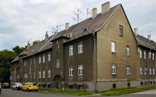 Obr. 03 Bytový dům čtvrté stavební etapy podle návrhu Stavebního oddělení Vítkovického horního a hutního těžířstva v intencích Heimatbaustilu, 1941–1942 (foto: Martin Strakoš, srpen 2010)