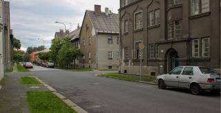 Obr. 04 Bytové domy čtvrté stavební etapy podle návrhu Stavebního oddělení Vítkovického horního a hutního těžířstva v intencích Heimatbaustilu, 1941–1942 (foto: Martin Strakoš, srpen 2010)