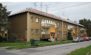Obr. 05 Vladimír Krajíček, bytové domy páté stavební etapy z doby dvouletého plánu, pohled z ulice Dvouletky na vstupní průčelí, 1946–1950 (foto: Martin Strakoš, srpen 2010)