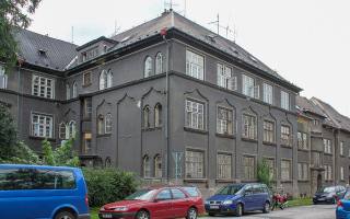 Obr. 07 Stav domů před památkovou obnovou při dochování původních řemeslných a architektonických prvků, bytový dům Jubilejní 359/62 (foto: Martin Strakoš, 2010)