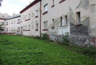 Obr. 08 Vzlínající vlhkost v domech druhé stavební etapy – bytový dům Jubilejní 253/9, stav po provedení destruktivní modernizace (foto: Martin Strakoš, 2010)