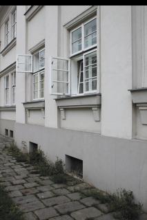 Obr. 10 Nová dřevěná kastlová okna s ven otvíravými křídly, bytový dům v Jubilejní ulici 349/59 (foto: Martin Strakoš, srpen 2010)