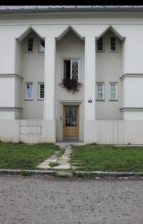 Obr. 11 Obnovený portikus domu v Jubilejní ulici 345/50 (foto: Martin Strakoš, srpen 2010)