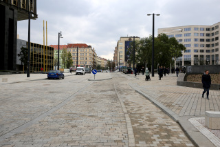 Pohled na jízdní pruh s ochranným cyklopruhem a prostor tramvajových zastávek. Současný stav