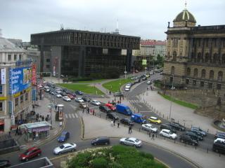 Pohled na Vinohradskou třídu, prostor mezi historickou a novou budovou Národního muzea. Původní stav