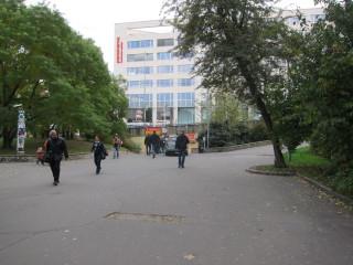 Pěší prostor na Vinohradské třídě směrem k podchodu vedoucímu k Legerově ulici. Původní stav