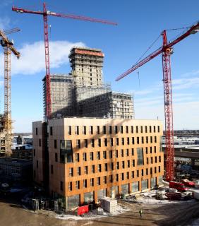 Obr. 20 HoHo ve výstavbě, v popředí dokončená šestipodlažní budova, v pozadí betonové jádro výškové budovy