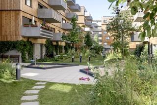 Obr. 06 Pohled na obytný blok se zavěšenými betonovými balkony