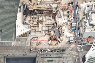 Obr. 13. Přehledný pohled na zahájenou výstavbu WTC Performing Arts Center (únor 2017), zdroj: Mat Bell