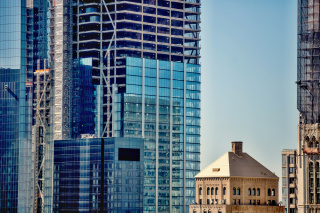 Obr. 17. Osazování skleněných panelů pláště věže 3WTC, zdroj: kleclerc13