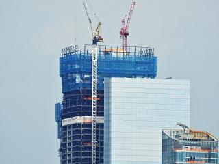 Obr. 18. Vrcholek věže 3WTC (329 m) v zákrytu věže 4WTC (298 m) a dokončované budovy 50 West (237 m)