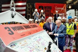 Obr. 22. Larry Silverstein podepisuje poslední bádii při oslavě dokončení nosné konstrukce věže 3WTC