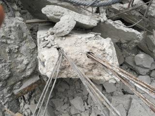 Obr. 9 Foto kanálků se zkorodovanou, nezainjektovanou předpjatou výztuží