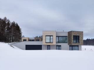 Dvoupodlažní polozapuštěný rodinný dům typu F