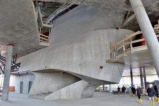 Obr. 38 Exponované betonové konstrukce schodišť a šikmé sloupy ve foyeru The Plaza